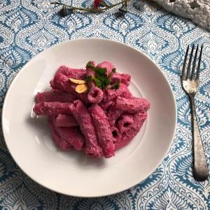 macarrones napolitanos con salsa de anacardos y remolacha